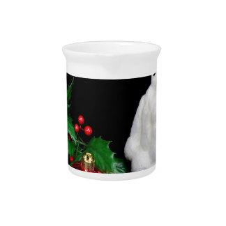 Pinguinfigürchen mit rotem Weihnachtsball Getränke Pitcher
