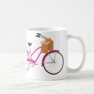 Pink-Fahrrad mit Orangen Kaffeetasse