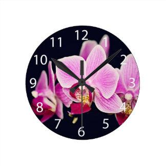 Pinkfarbene rosa Orchidee Wanduhren
