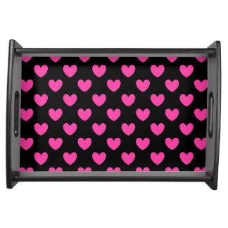 Pinkfarbene rosa Polkaherzen auf Schwarzem Serviertablett