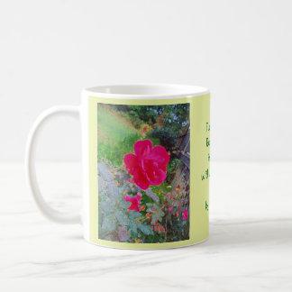 Pinkfarbene rosa Rosen-Blume in der Blüte mit Tasse
