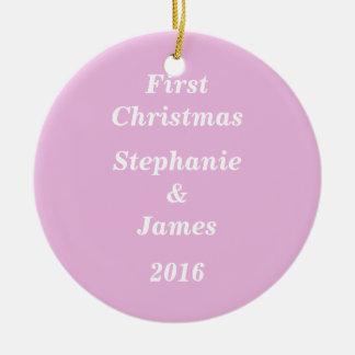 Pinkfarbenes Weiß-erstes Weihnachtsmodernes Rundes Keramik Ornament