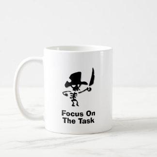 Piraten-Fokus auf der Aufgabe Kaffeetasse