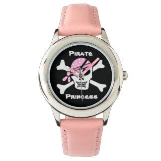 Piraten-Prinzessin auf Schwarzem mit Armbanduhr