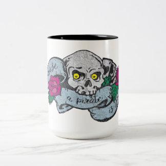 Piraten-Schädel mit der Rosen-Tasse Zweifarbige Tasse