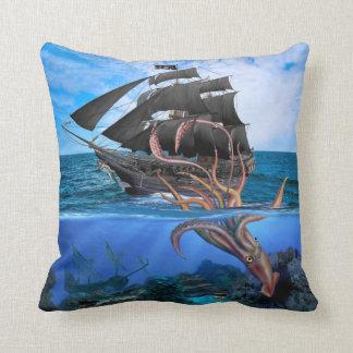 Piraten-Schiff gegen den riesigen Tintenfisch Kissen