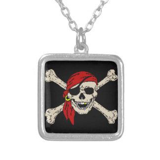 Piratenflagge-Piraten-Schädel entbeint rote Versilberte Kette