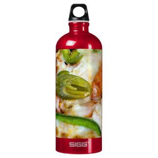 Pizza, die nahes hohes übersteigt wasserflasche