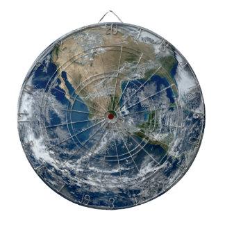 Planeten-Erde vom Weltraum mit Wolken Dartscheibe