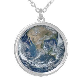 Planeten-Erde vom Weltraum mit Wolken Versilberte Kette