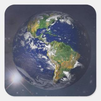 Planetenerde, die über die Sonne im Raum steigt Quadratischer Aufkleber