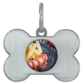 Platte mit einem Teil gebratenen Kartoffeln Tiermarke