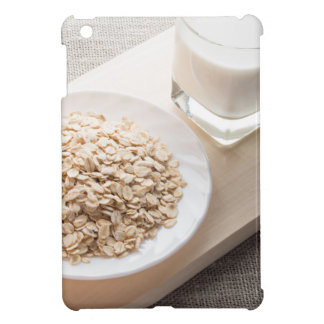 Platte mit trockenem Getreide und einem Glas Milch iPad Mini Hülle