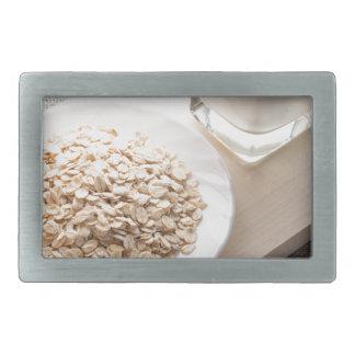 Platte mit trockenem Getreide und einem Glas Milch Rechteckige Gürtelschnallen