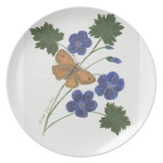 Platte verziert mit blauen Pelargonien und Flacher Teller