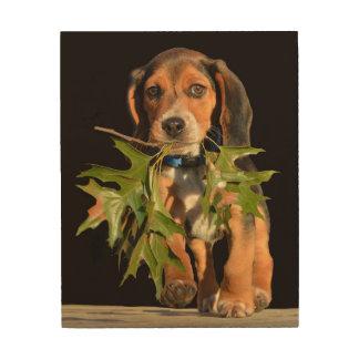 Playful Beagle-Welpe mit Blätter Holzwanddeko