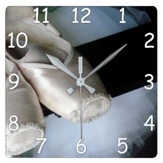 Pointe Show u. Ballettröckchen-Wanduhr für Quadratische Wanduhr