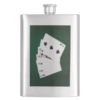 Poker übergibt - drei einer Art - zwei Flachmann