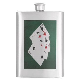 Poker übergibt - vier einer Art - Sevens und zwei Flachmann