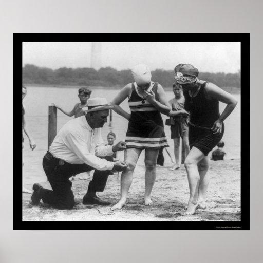 Polizist-messendes Badeanzug-Länge 1922 Posterdruck