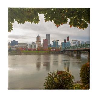 Portland ODER StadtSkyline gerahmt durch Fall-Laub Keramikfliese