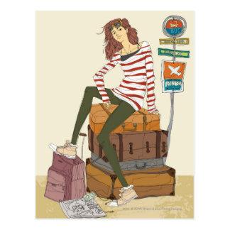 Porträt der jungen Frau sitzend auf Koffer Postkarte