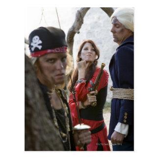 Porträt der Piraten, die a halten und bedrohen Postkarte