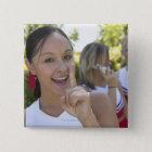 Porträt einer Jugendcheerleader, die a hält Quadratischer Button 5,1 Cm