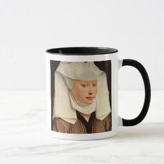 Porträt einer jungen Frau in einem festgesteckten Tasse