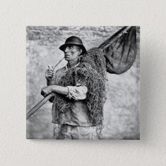 Porträt eines Fischers, der seine Netze trägt (b/w Quadratischer Button 5,1 Cm