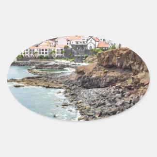 Portugiesische Küste mit Seestrand-Gebirgsdorf Ovaler Aufkleber