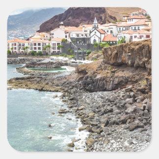 Portugiesische Küste mit Seestrand-Gebirgsdorf Quadratischer Aufkleber