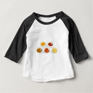 Porzellanschüsseln und -löffel mit verschiedenen baby t-shirt