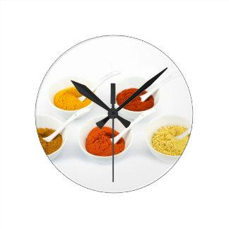 Porzellanschüsseln und -löffel mit verschiedenen runde wanduhr