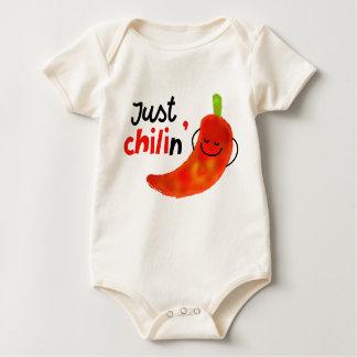 Positives Chili-Pfeffer-Wortspiel - gerade Chilin Baby Strampler