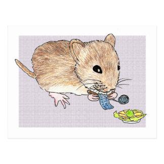 Postkarte einer strickenden braunen Maus