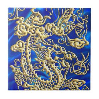 Prägeartiger Golddrache auf blauem Satin Keramikfliese