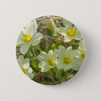 Primeln in der Wiese im Frühjahr Runder Button 5,7 Cm
