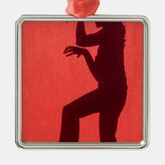 Profilschatten der Frau auf roter Wand Silbernes Ornament
