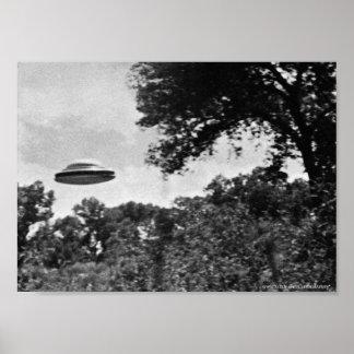 Projekt blaues Buch-UFO über Baum-Plakat Poster