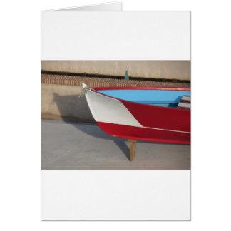 Prow des hölzernen laufenden Bootes mit zehn Karte