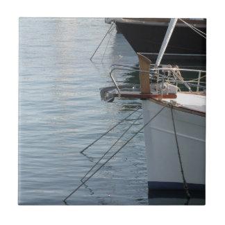 Prows der LuxusSegelboote machten im Hafen fest Fliese