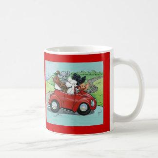 Pudel im Vintagen roten Kabriolett Kaffee Haferl