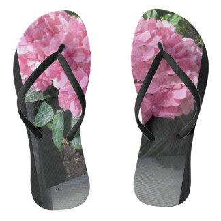 Purzelbäume mit rosa Blumen. Groß für Ferien Flip Flops