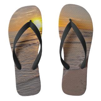 Purzelbäume: Sonnenuntergang durch den Strand Flip Flops