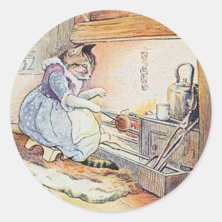 Pussy-Katze sitzt durch das Feuer Runder Aufkleber