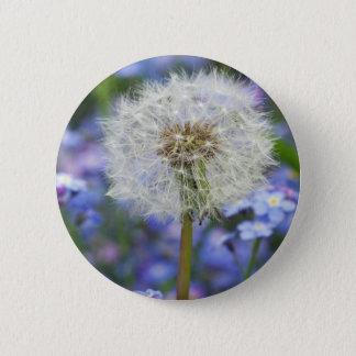 Pusteblumen Traum in blauen Vergissmeinnichtblüten Runder Button 5,7 Cm
