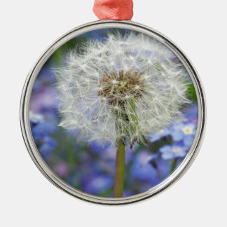 Pusteblumen Traum in blauen Vergissmeinnichtblüten Rundes Silberfarbenes Ornament