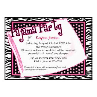 Pyjama-Party in den schwarzen und rosa Punkten