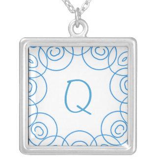 """""""Q-"""" Initiale in der blauen Rolle auf Weiß, Spaß-E Amuletten"""